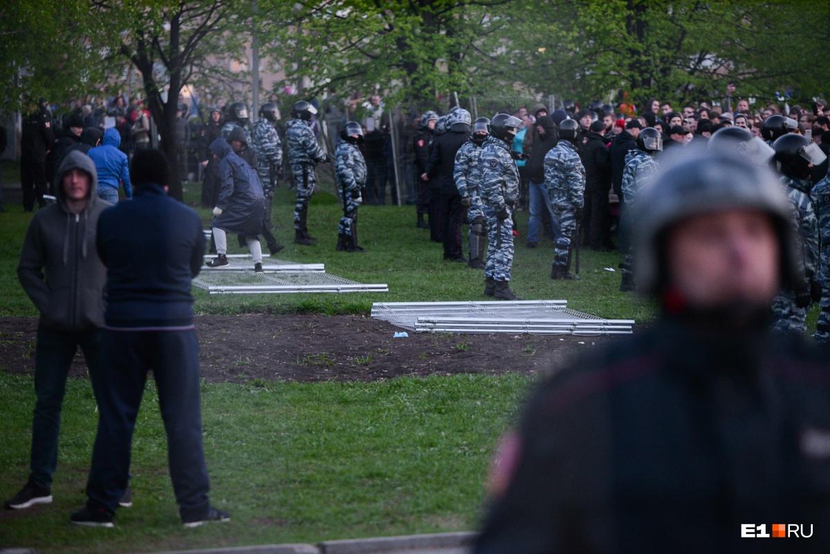 Второй день противостояния. Защитники сквера роняли забор и рвали на части