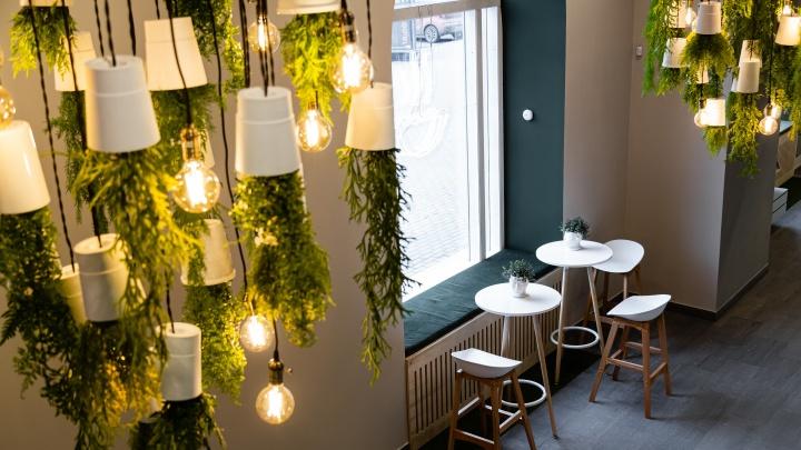 Никаких старомодных оправ: в Челябинске открыли необычную оптику с кофейней