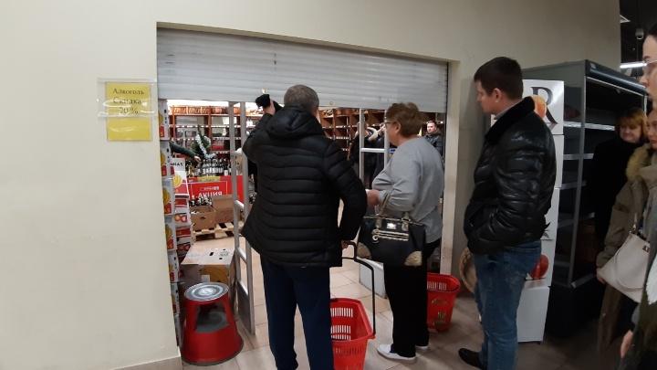 Виски уже нет: в ТЦ «Европарк» архангелогородцы выстроились в очередь за дешевым алкоголем