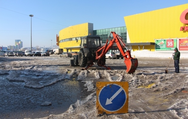 В Уфе затопило парковку рядом с крупным гипермаркетом