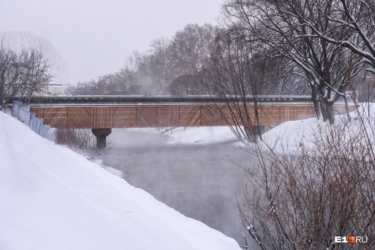 Обещали сделать к декабрю: на набережной Исети у дендрария отремонтировали мост, но «забыли» открыть