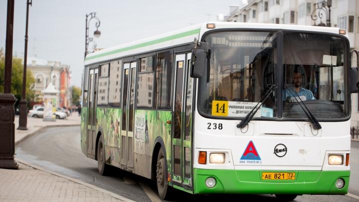 Поездки тюменцев, которые расплачиваются в автобусах банковской картой, может отследить любой