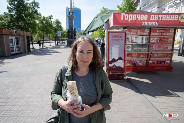 Мариса впервые приехала в Челябинск и смело согласилась затестить еду, которую продают в местных киосках