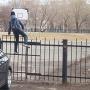 «Заварили калитку»: в Перми дети перелезают через забор, чтобы попасть в школу