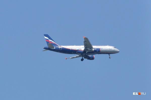 Самолет сел в Кольцово из-за метеоусловий в Перми
