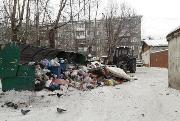 «Время вышло»: дворы красноярцев остались утопать в мусоре