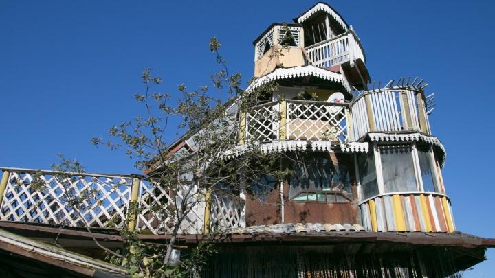 Как в «Гарри Поттере»: гуляем по замку с балконами, который 40 лет назад уралец построил для дочерей