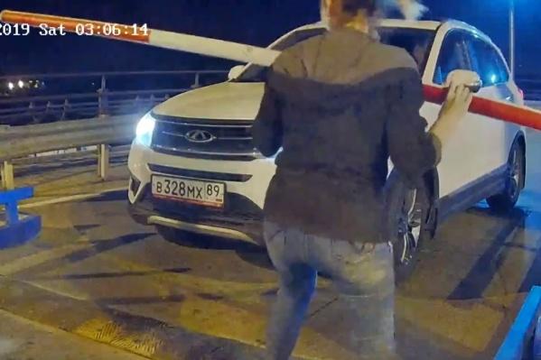 Хрупкая пассажирка вышла из машины и открыла выезд с парковки, сорвав несколько болтов