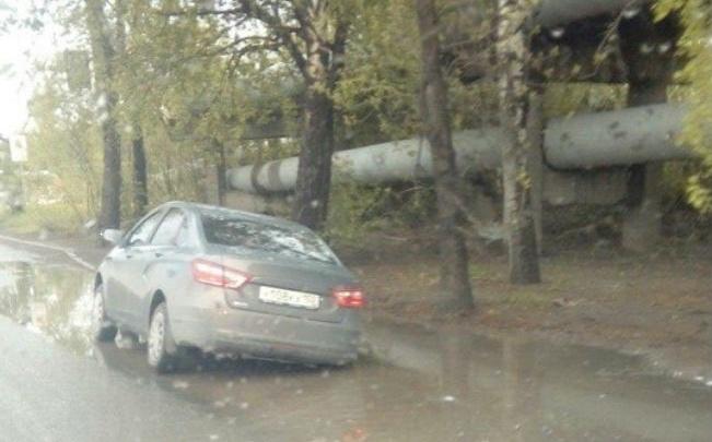 В Уфе на улице Трамвайной машина утонула в луже