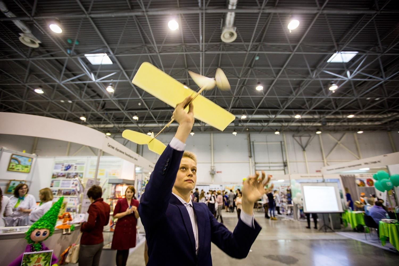 Над стендами то и дело пролетают разные самолёты, роботы и коптеры