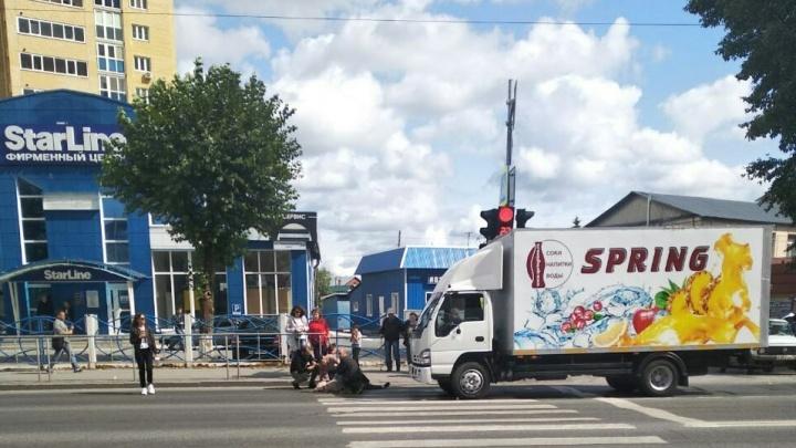 На Червишевском грузовик сбил пенсионерку, переходившую дорогу на красный
