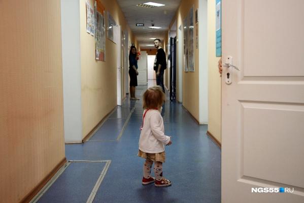 Под приглядом сотрудников бегают дети. Родители работают или пытаются решить проблемы, из-за которых здесь оказались