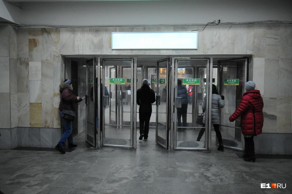 Многим пассажирам не нравятся тяжелые стеклянные двери на станциях