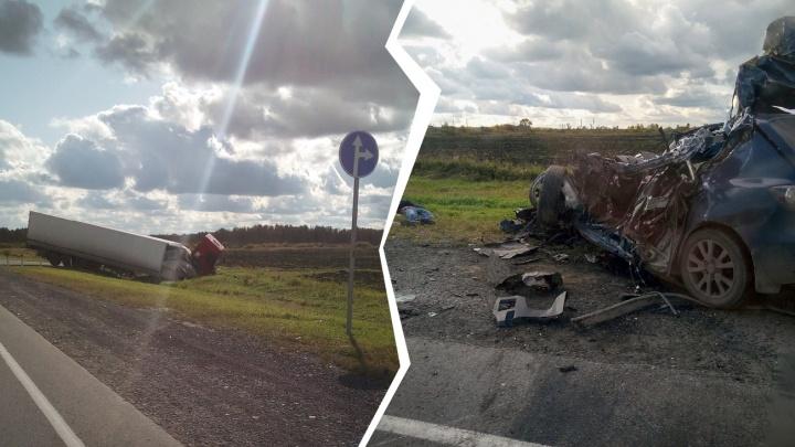 Водитель погиб в ДТП на новой машине, лихач чуть не снес тюменку с коляской: дорожные видео недели