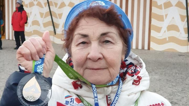 83-летняя пермячка взяла золото на чемпионате мира по зимнему плаванию в Словении 2020