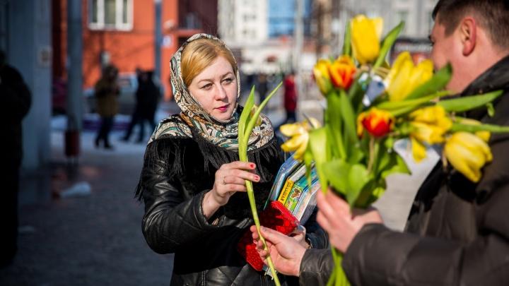 Редакция НГС раздала красивые цветы девушкам в центре Новосибирска