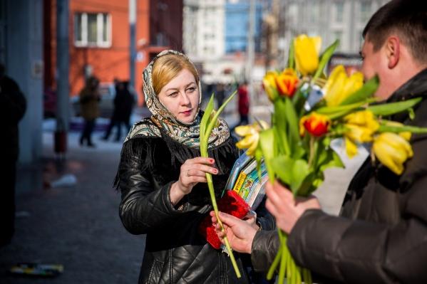 8 Марта редакция НГС решила раздать тюльпаны и подарки горожанкам, гуляющим по центру Новосибирска