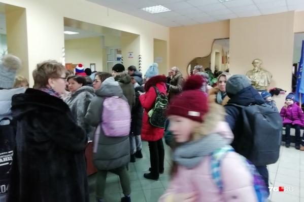 Многие дети ушли домой, другим разрешили погреться в здание школы