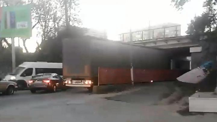 «Думал, помещусь»: В Волгограде фура застряла под мостом, образовав пробку в час пик