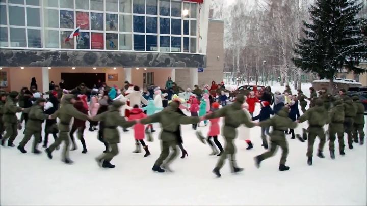 Новосибирские ракетчики станцевали с детьми в новогоднем хороводе