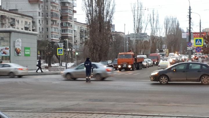 «Второй день ремонтируем»: в центре Волгограда в час пик сломавшийся светофор затруднил движение