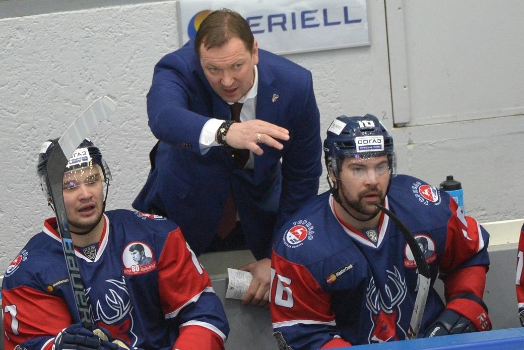 Петерис Скудра (по центру) и Егор Дугин (слева) уже знакомы, и не факт, что хоккеист продолжит карьеру в «Тракторе»
