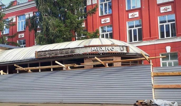 Кафе «Кантри» на Мира огородили забором и достраивают второй этаж