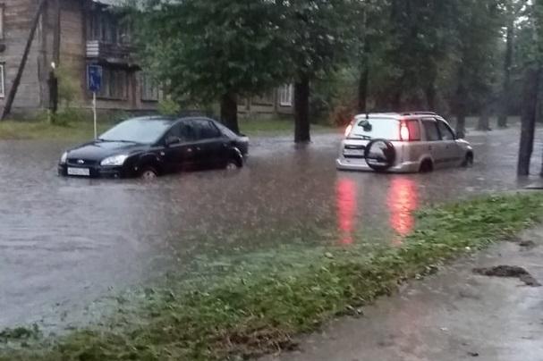 Автомобили массово потеряли госномера в глубокой луже Академгородка во время ливня