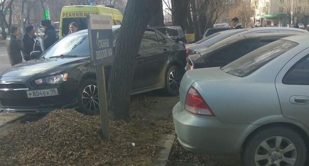 На Малышева Mitsubishi после ДТП улетел в припаркованные автомобили