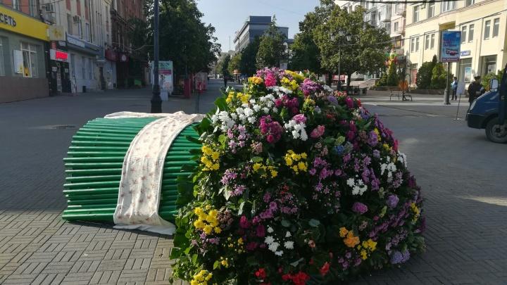 В центре Челябинска появился гигантский букет цветов для Ольги Бузовой