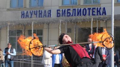 Линейка с противогазами и огонь у библиотеки: онлайн-репортаж со Дня знаний в Архангельске
