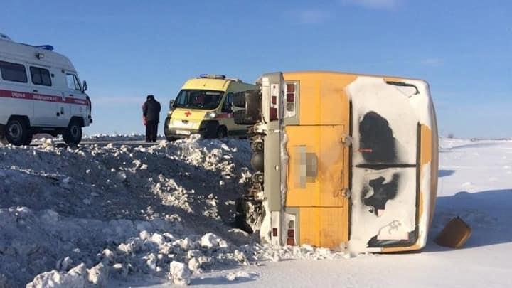 Автобус со школьниками опрокинулся в кювет в Башкирии: есть пострадавшие