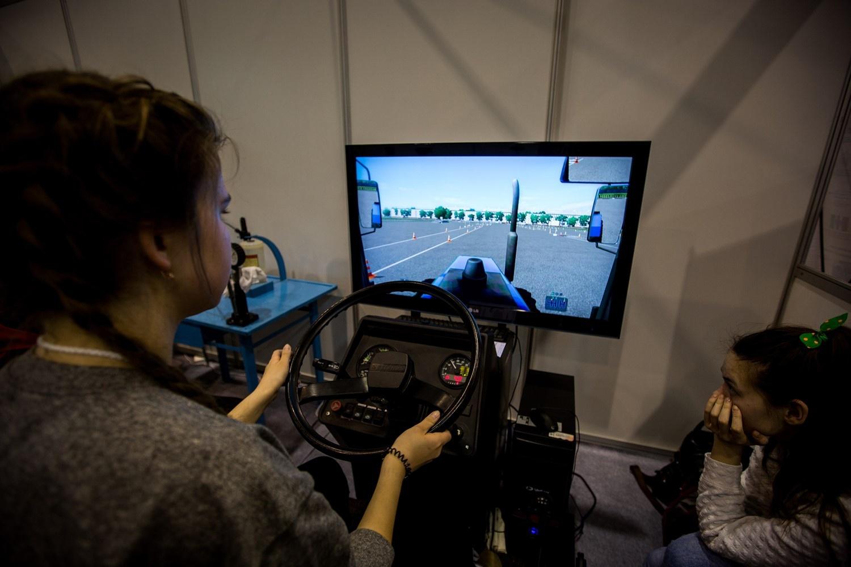 В симуляции видна даже труба от трактора — всё как в реальности