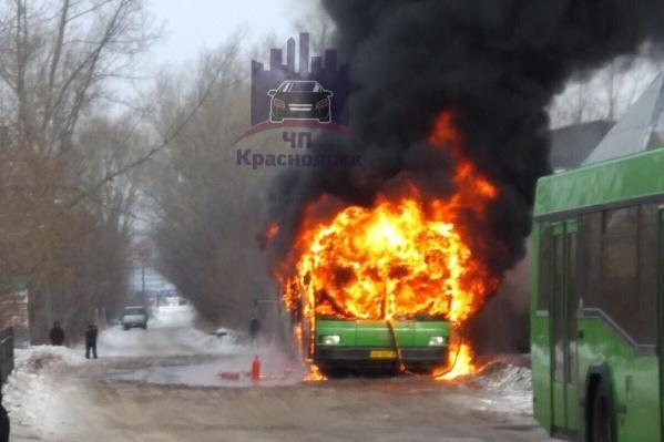 Автобус загорелся на ЛДК