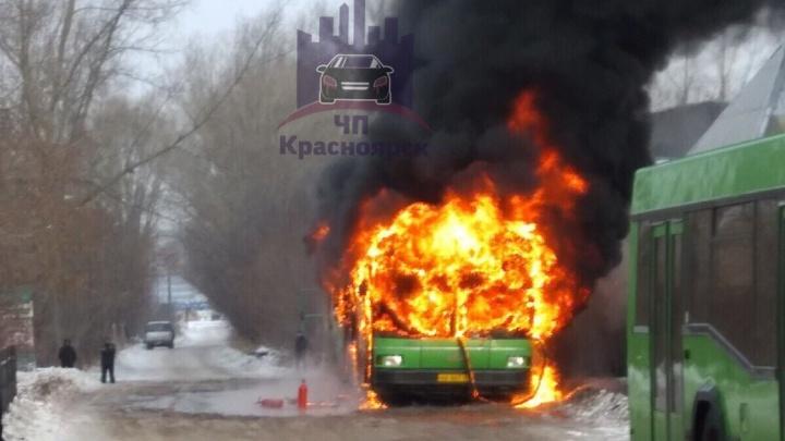 Пассажирский автобус сгорел на Пашенном. Видео тушения