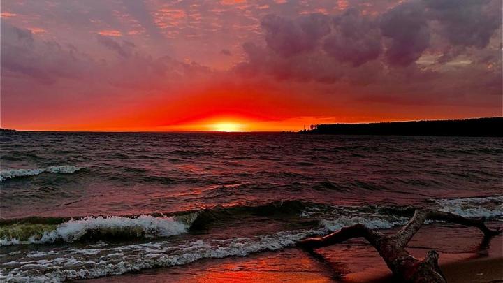 Сделали кучу фотографий: новосибирцы восхищаются алым осенним закатом