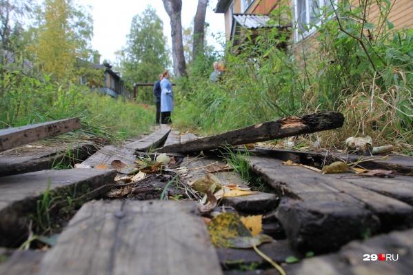 Деревянный тротуар, ведущий к дому, оказался «ничейным»