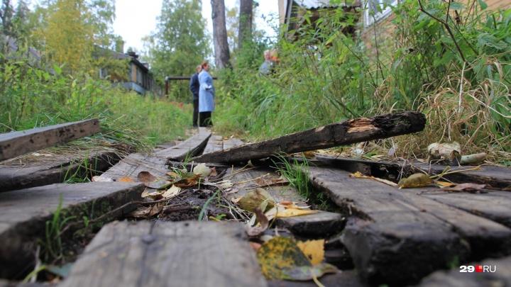 «Если кто-то сломает ногу, всё выплатят»: как соломбальцы добиваются ремонта мостков возле дома