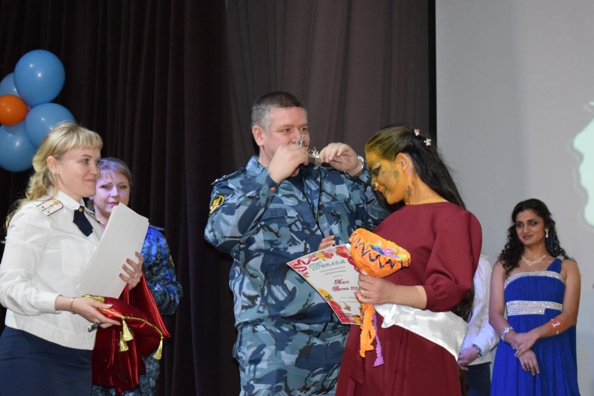 Девушку награждают диадемой за победу