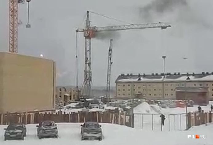Во время пожара крановщика в кабине не было, говорят представители застройщика