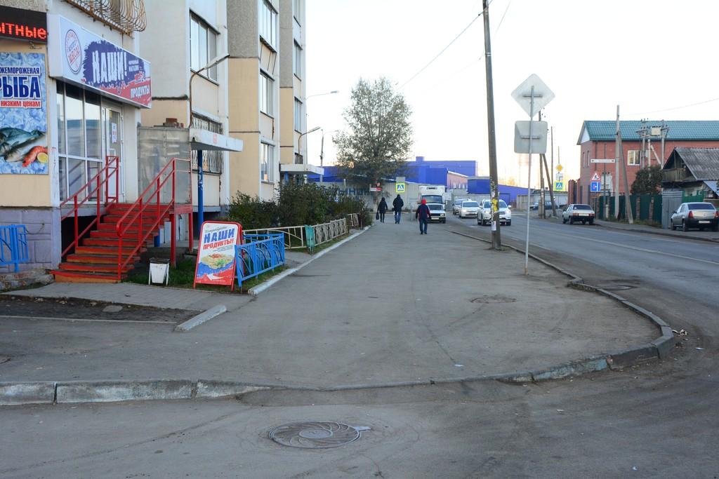 Автомобилисты смело заезжают на этот тротуар на улице Двинской