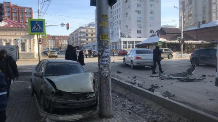 В центре Уфы Daewoo Nexia вылетела на тротуар и врезалась в столб