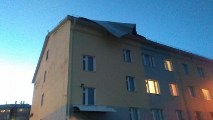Ураган разбушевался: в Башкирии порывистый ветер оставил без крыш гимназию и военкомат
