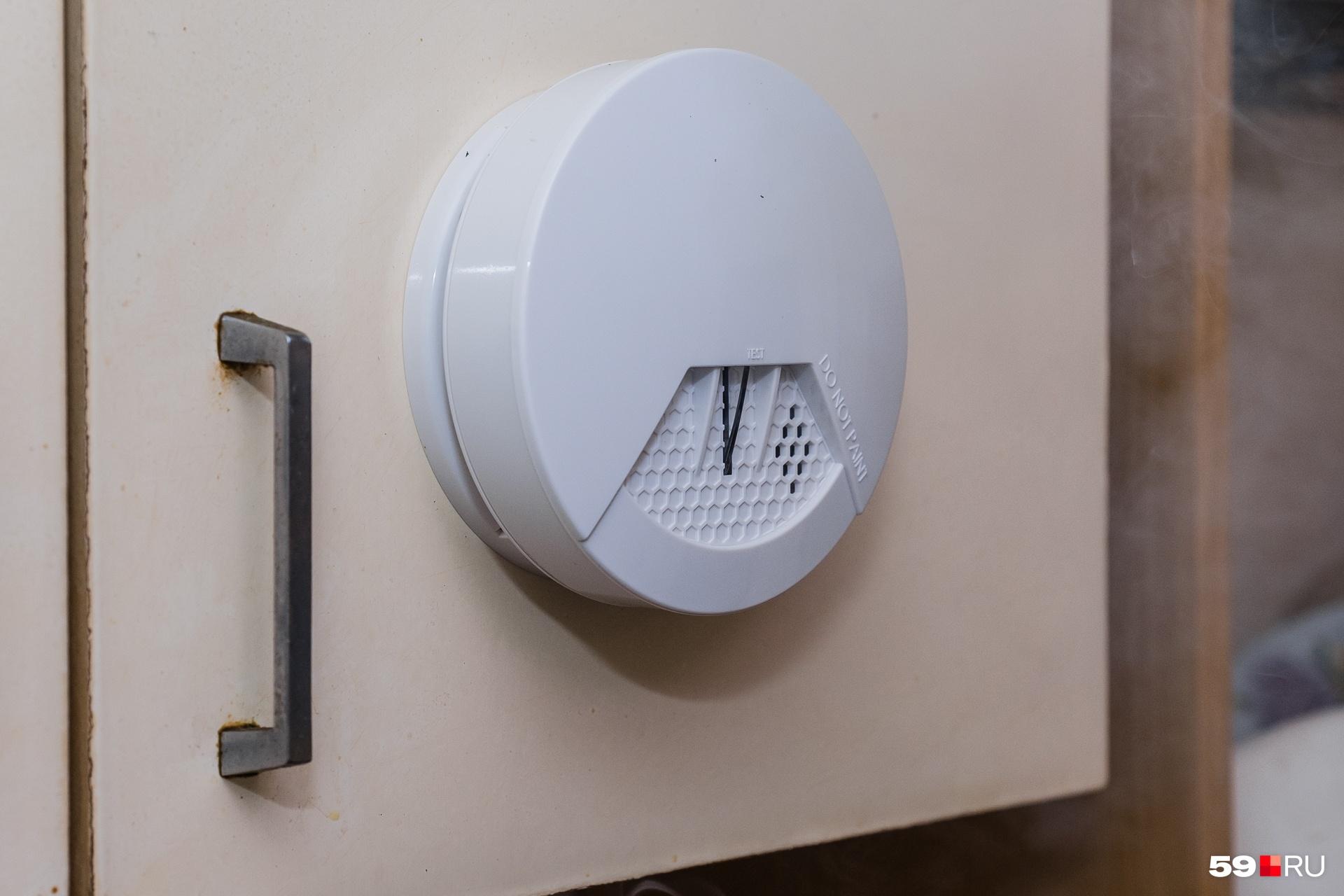 Датчик дыма крепится на любую поверхность, хоть на дверцу шкафа