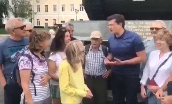 «Лет ми спик фром май харт!»: Глеб Никитин пообщался с интуристами и пригласил их вернуться