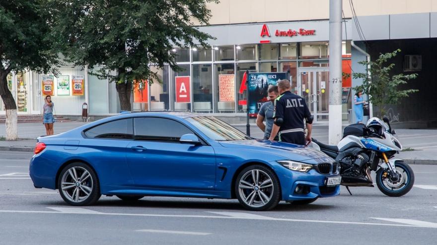 Porsche Cayenne без номеров иBMW устроили опасные гонки по проспекту Ленина в Волгограде