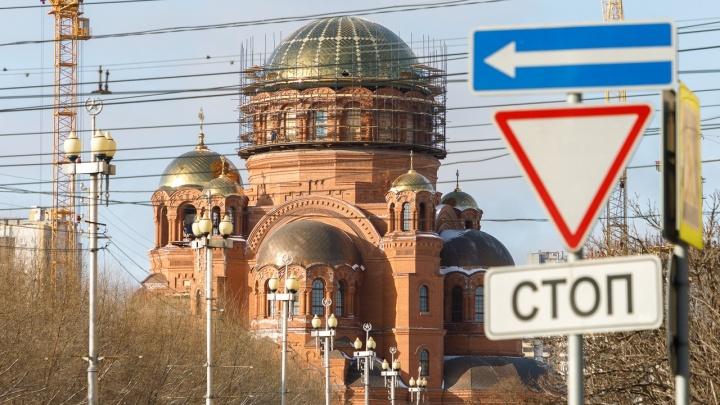 «Заделаем стыки и снимем леса»: рабочие из Волгодонска собрали золотой купол Александро-Невского собора