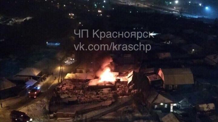 Под окнами многоэтажки у 4-го моста в Николаевке вспыхнул деревянный дом