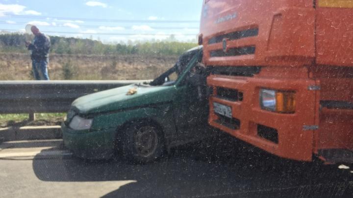 Грузовик вдавил легковушку в отбойник: в Ярославле из-за ДТП образовалась огромная пробка