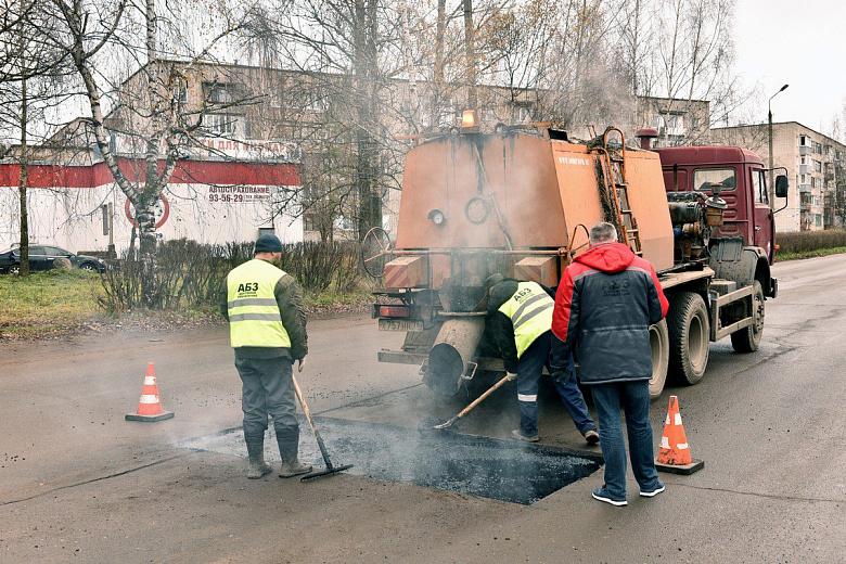 Сегодня ямы литым асфальтом заделали на улице Панфилова